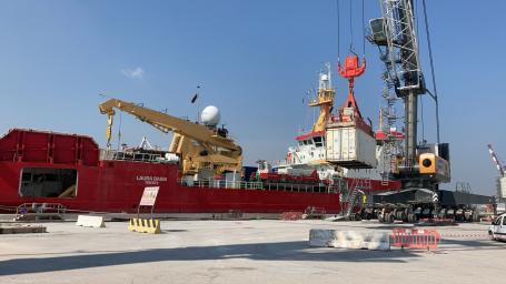 Operazioni di scarico container  dalla nave Laura Bassi nel porto di Ravenna