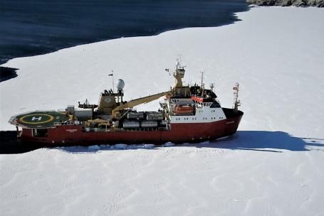 La nave Laura Bassi in viaggio verso la Stazione Mario Zucchelli